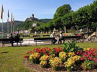 Cochemer Moselpromenade mit Blick auf die Reichsburg